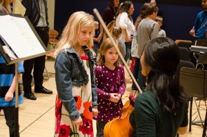 kids looking at violin